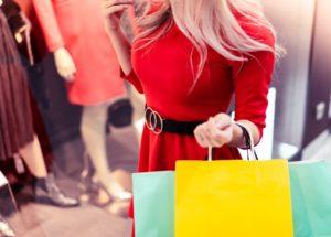žena nakupuje v obchodě