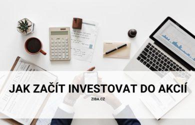 Muž hledá na telefonu, jak začít investovat do akcií