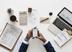 muž zkoumá na telefonu jak začít investovat do akcií