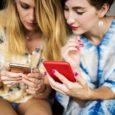 Ženy se dívají na aplikaci Stocard v telefonu